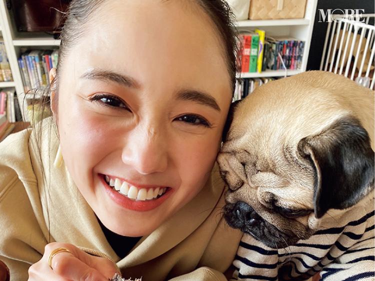 鈴木友菜の可愛さに、わんこもノックアウト!?【モデルのオフショット】