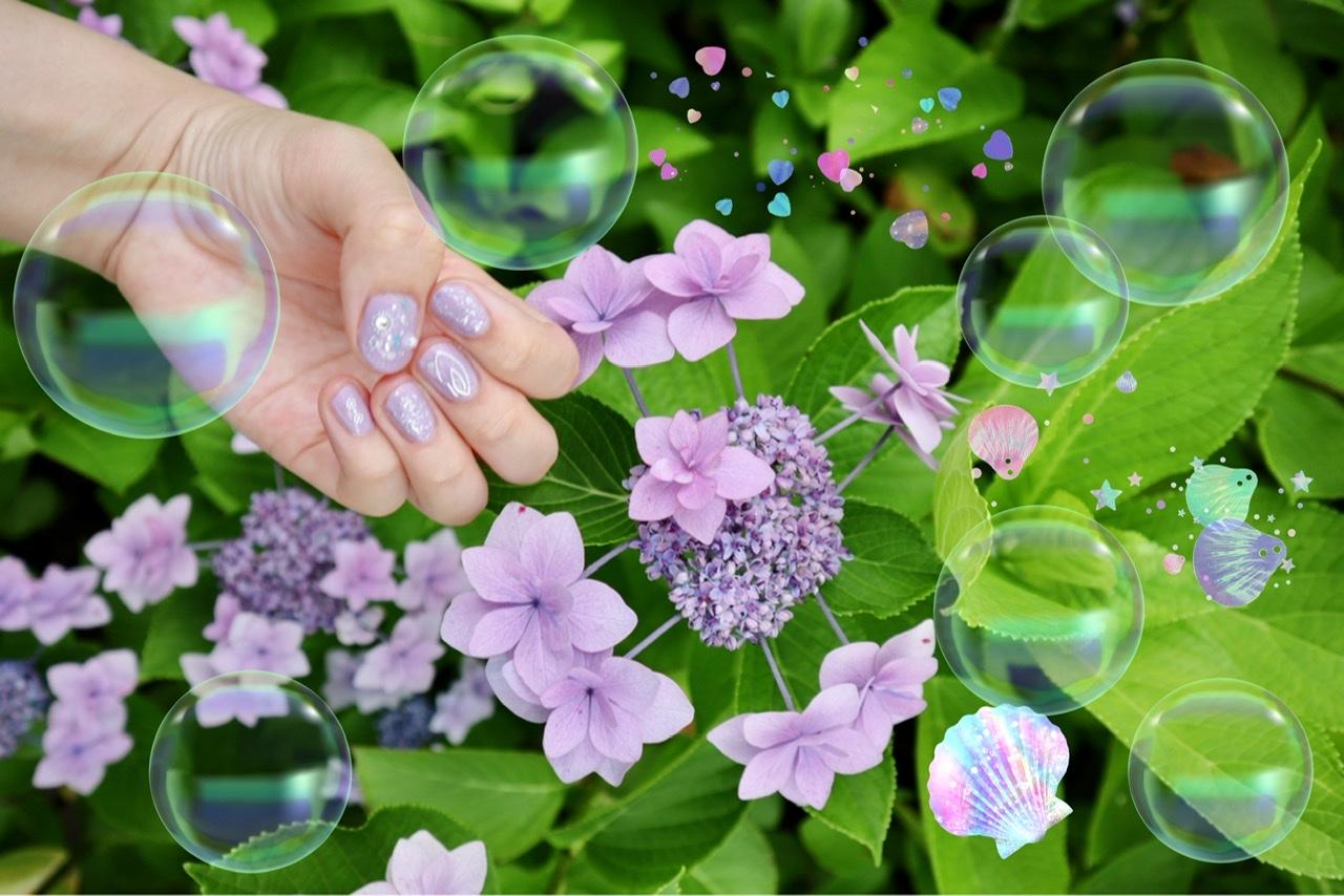 薄紫色の額紫陽花と、似た色のネイルアートをした手の写真。シャボン玉や貝のスタンプで、写真を加工している