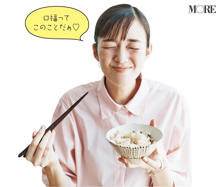 佐藤栞里が長野県のおすすめお取り寄せグルメ「臼田養魚場」の信州あゆをごはんにのせて食べている様子