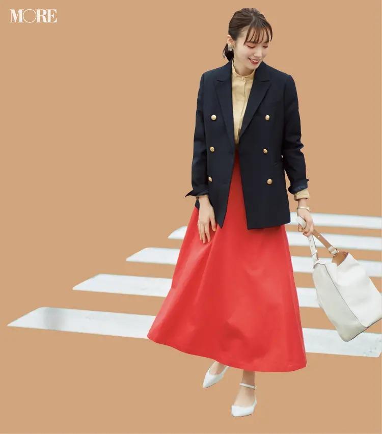 【ジャケットコーデ】赤いスカート×ネイビーのジャケット