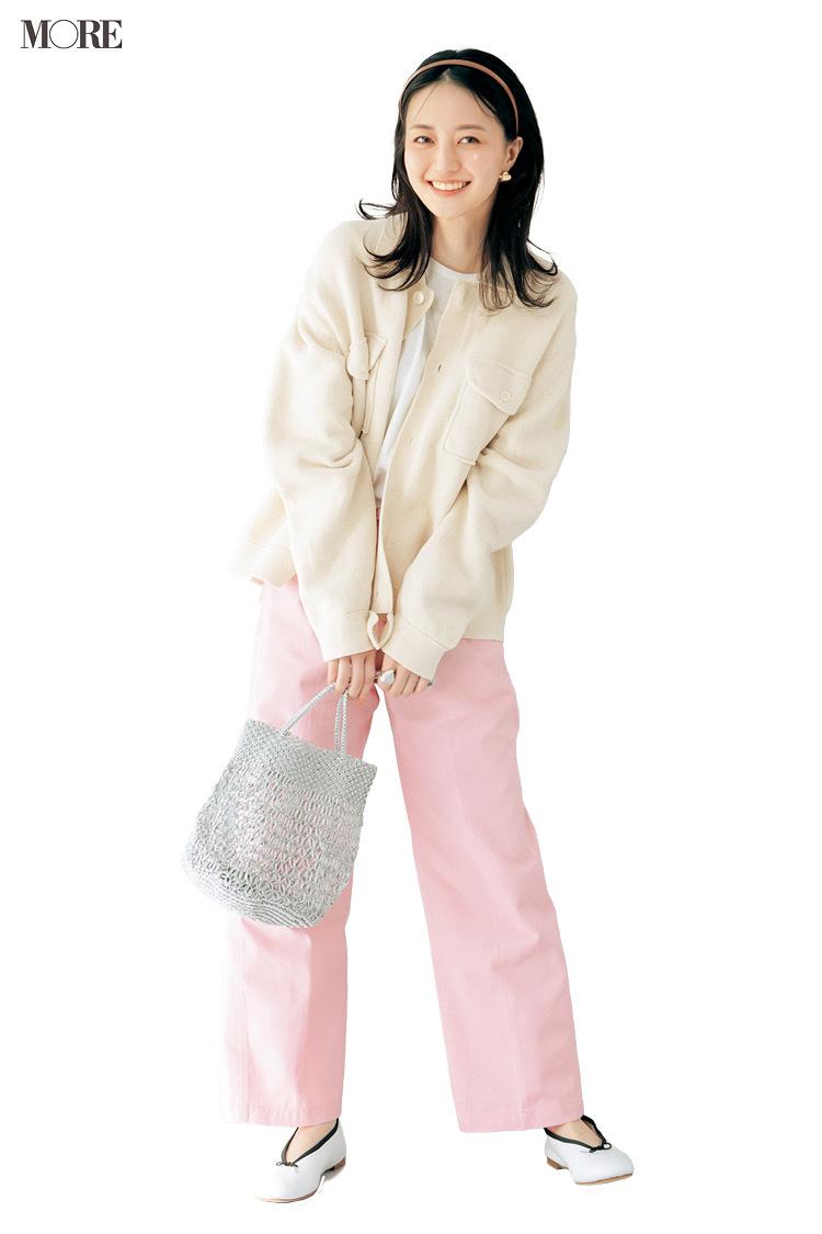 ピンクのワイドパンツでネットバッグを持った逢沢りな
