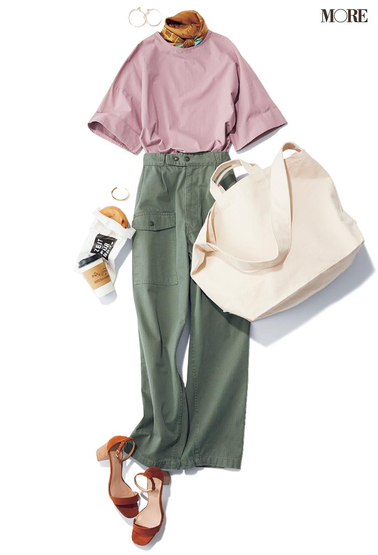 ピンクのTシャツ×カーゴパンツで首にスカーフを巻いたコーデ