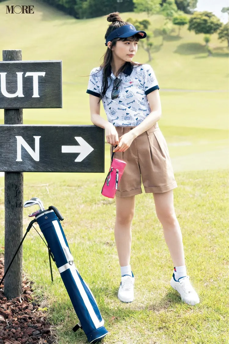 『ビームス ゴルフ』のポロシャツと『マンシングウェア』のパンツを着た女性