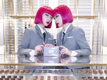 「トム ブラウン」の世界初チョコレートショップが大阪・阪急うめだ本店に! バッグやキーホルダーなど、限定アイテムの販売も
