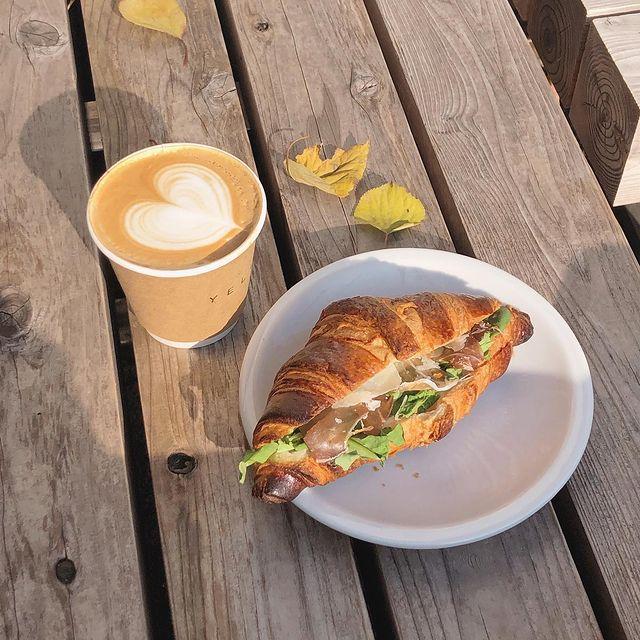 東京・三軒茶屋のおしゃれカフェ『Yellow 《Cafe》』のラテとサンドイッチを