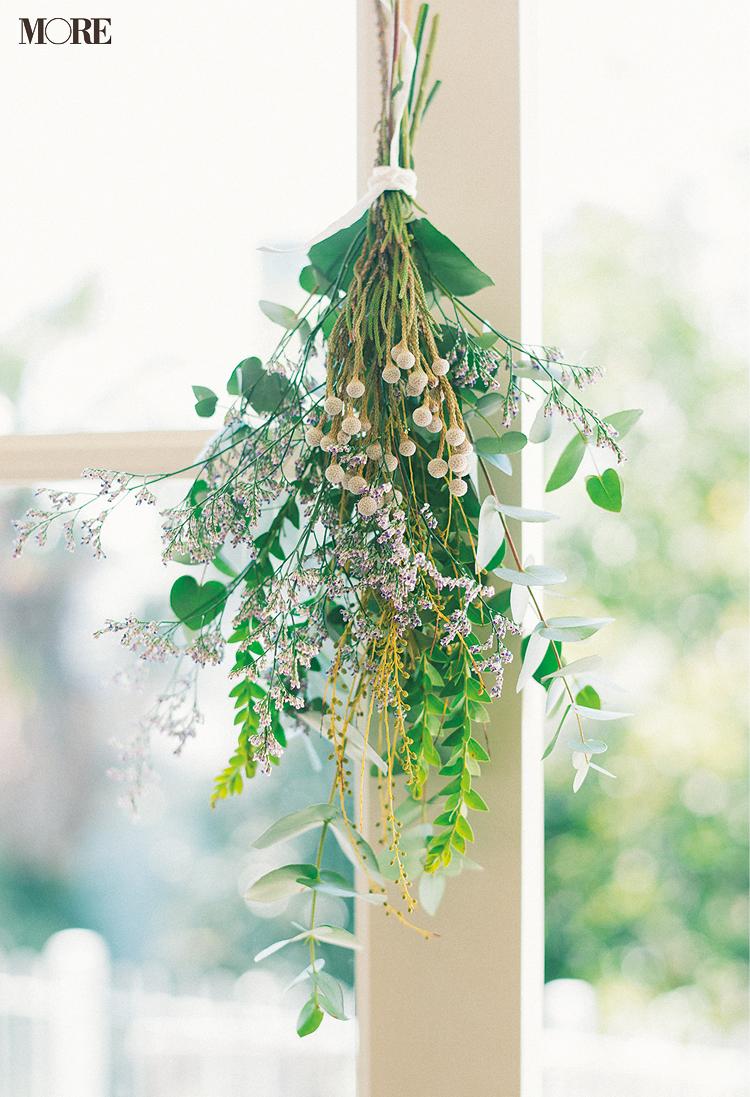 ドライフラワーにして壁にかけたユーカリなどの植物