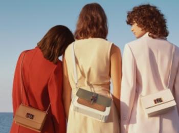 『フルラ』の新作バッグはべっこう風アーチロゴがポイントです