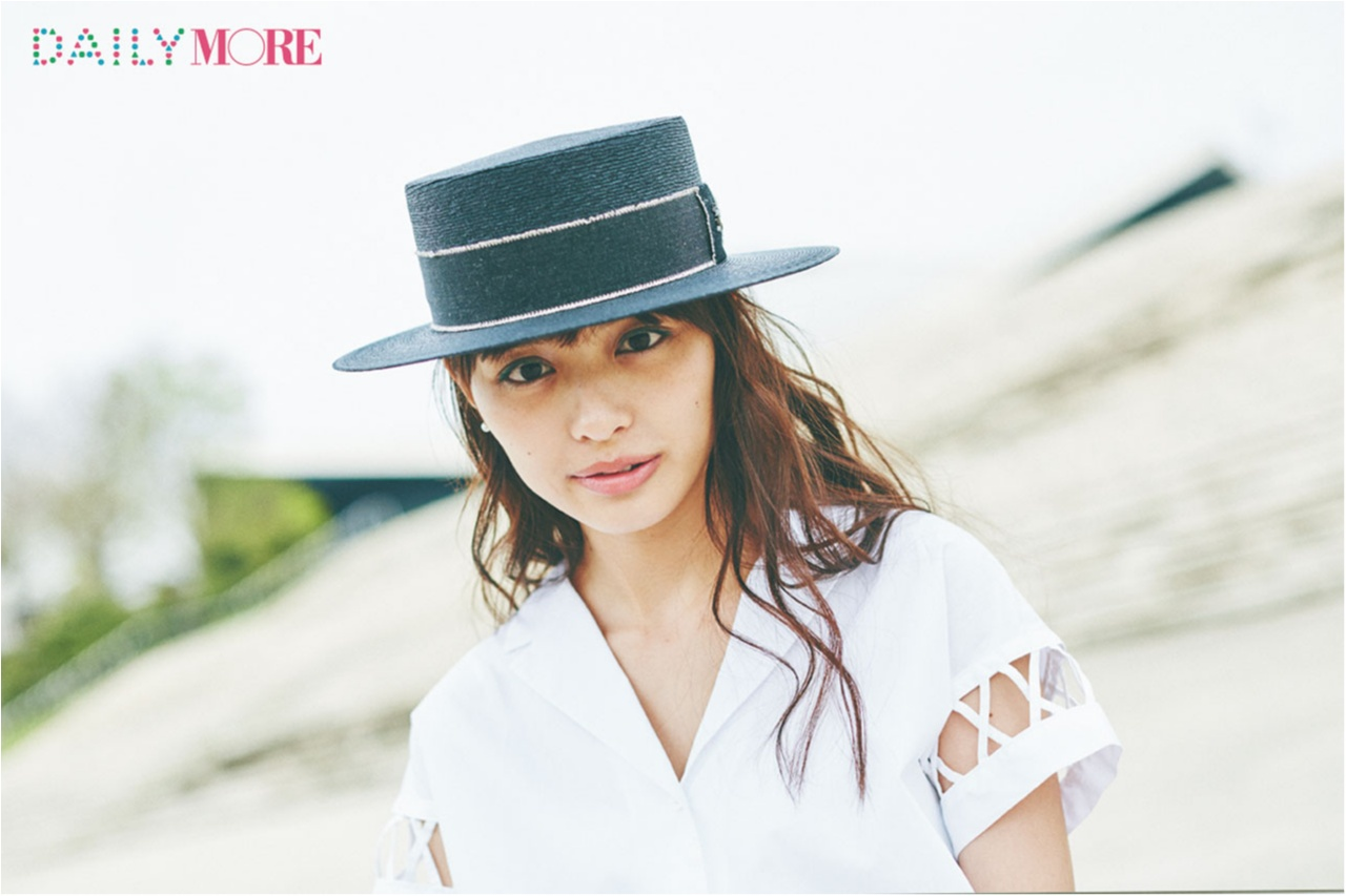 内田理央が、梅雨の晴れ間に見せた笑顔♡ カンカン帽と開衿シャツで夏コレ!_1_1