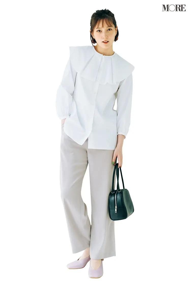 フリル衿の白ブラウスとパンツのコーデ