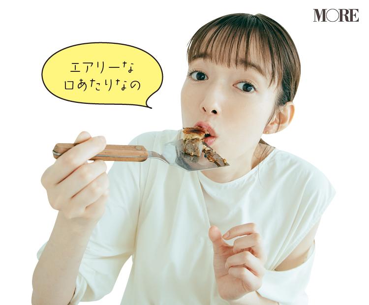 佐藤栞里が兵庫県のおすすめお取り寄せグルメ「お好み焼きこころ」のぼっかけお好み焼を食べている様子