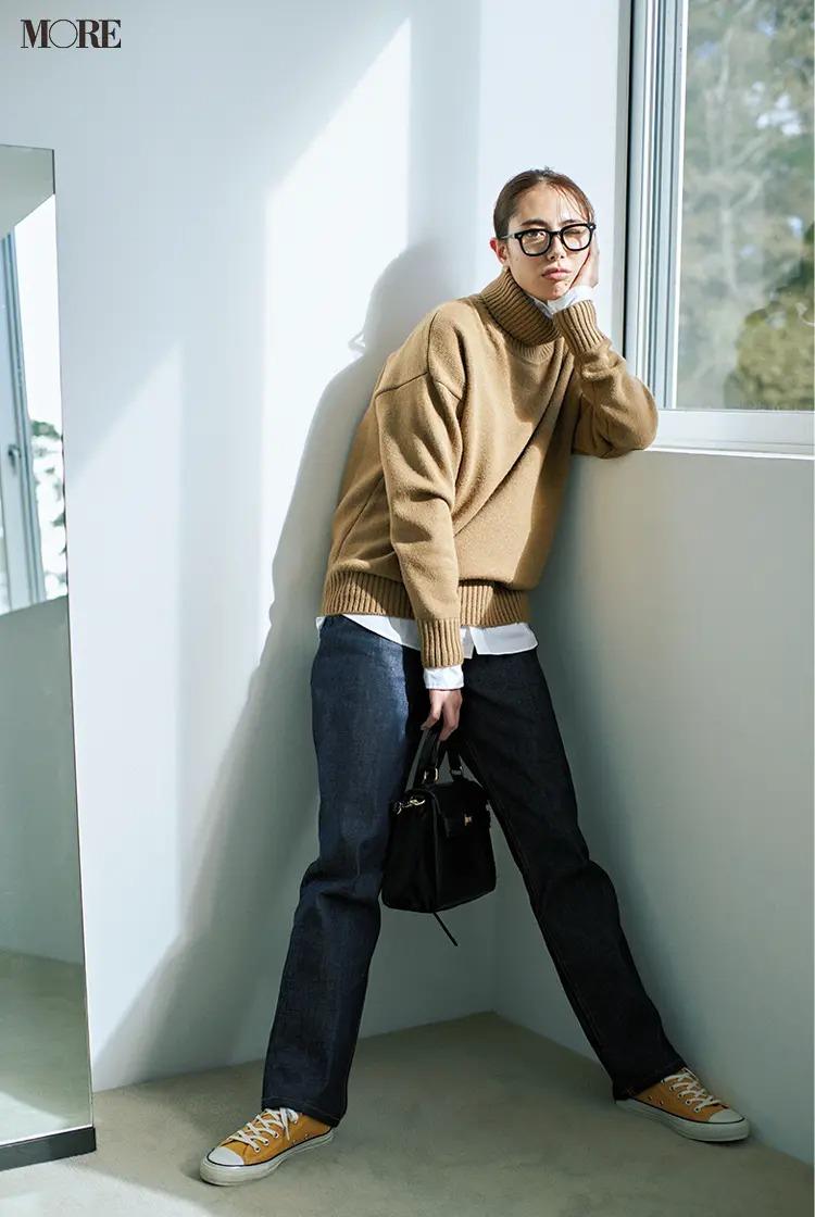 【秋冬おしゃれなメガネコーデ】1. 大きめ黒縁メガネ×ニットには白シャツを挟めばOK