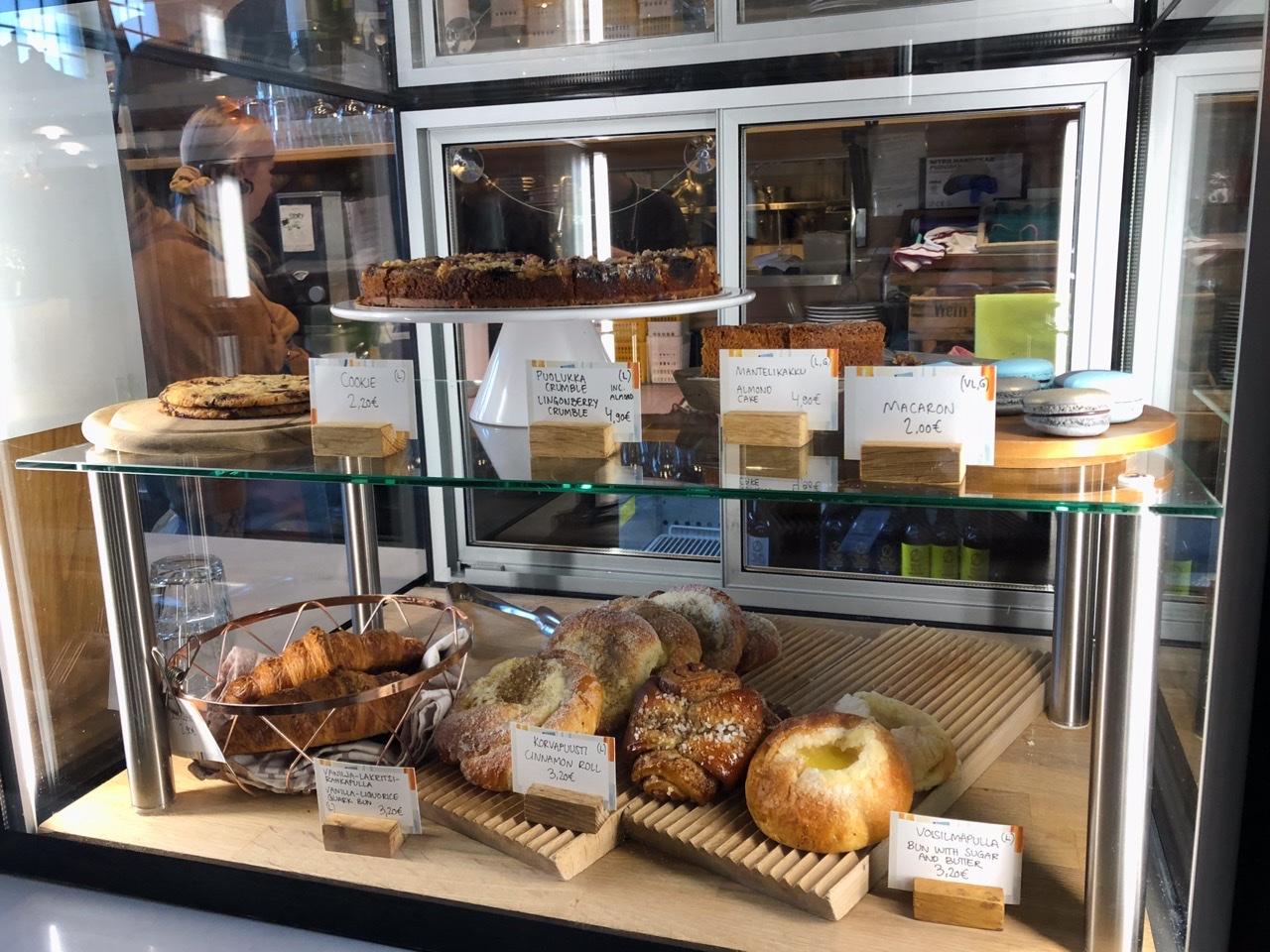 ヘルシンキの市場のパン屋さんの写真