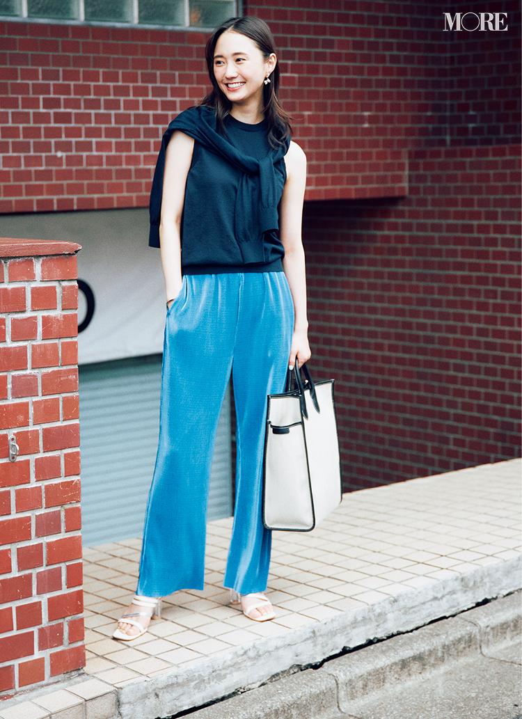 涼しく見えるプリーツパンツはブルーならお仕事服にも