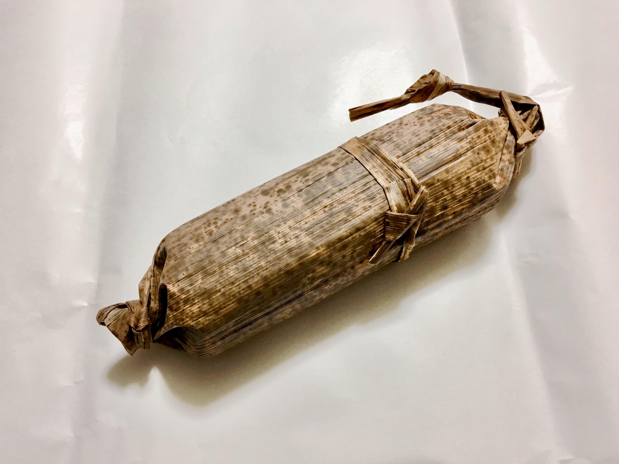 本物の竹の皮で包まれている写真