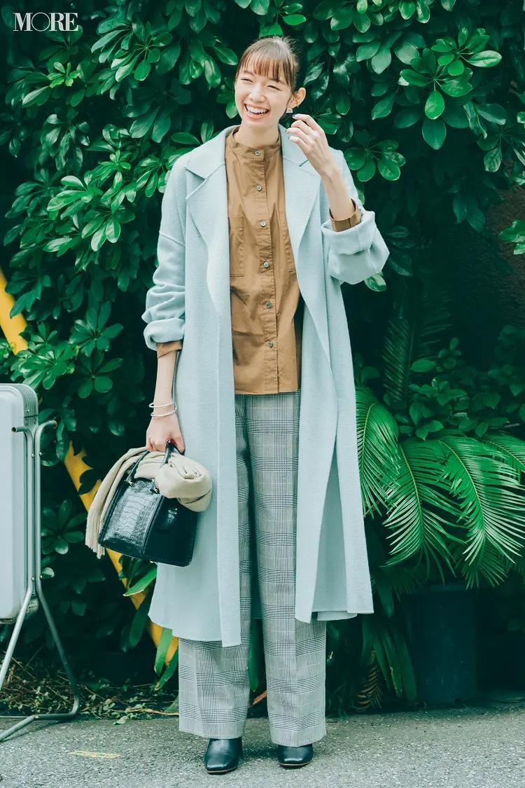 【ショートブーツコーデ】シャツとチェックパンツ×水色コート×黒ブーツ