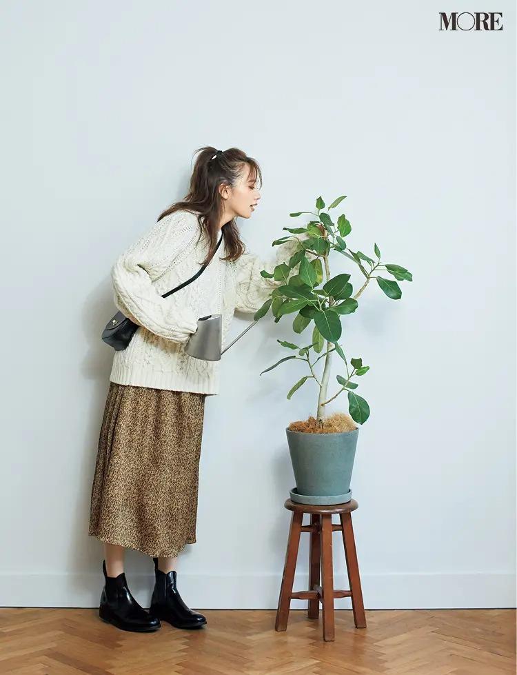 【ワンピースコーデ】花柄ワンピ×白ニットにはハードな黒小物で引き締めて