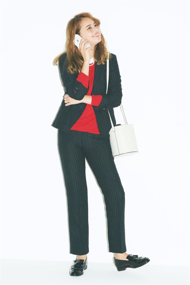 赤ニットで女っぽさを添えたユニクロイネスドラフレサンジュのこなれ見えパンツスーツ