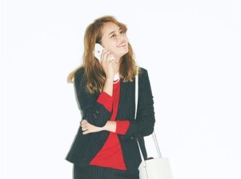 """【今日のコーデ】赤ニットで女っぽさを添えて。ユニクロの""""こなれ見えパンツスーツ""""でデキる先輩に!"""