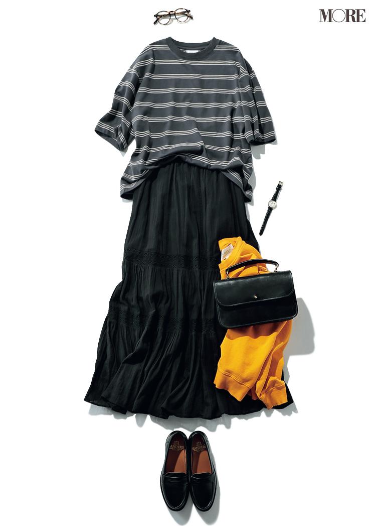 ボーダートップスとスカートを黒で統一する