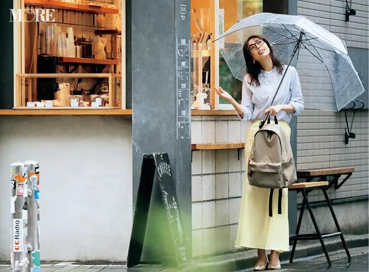 【通勤リュックコーデ】シャツ×スカートのコーデにリュックを持った女性