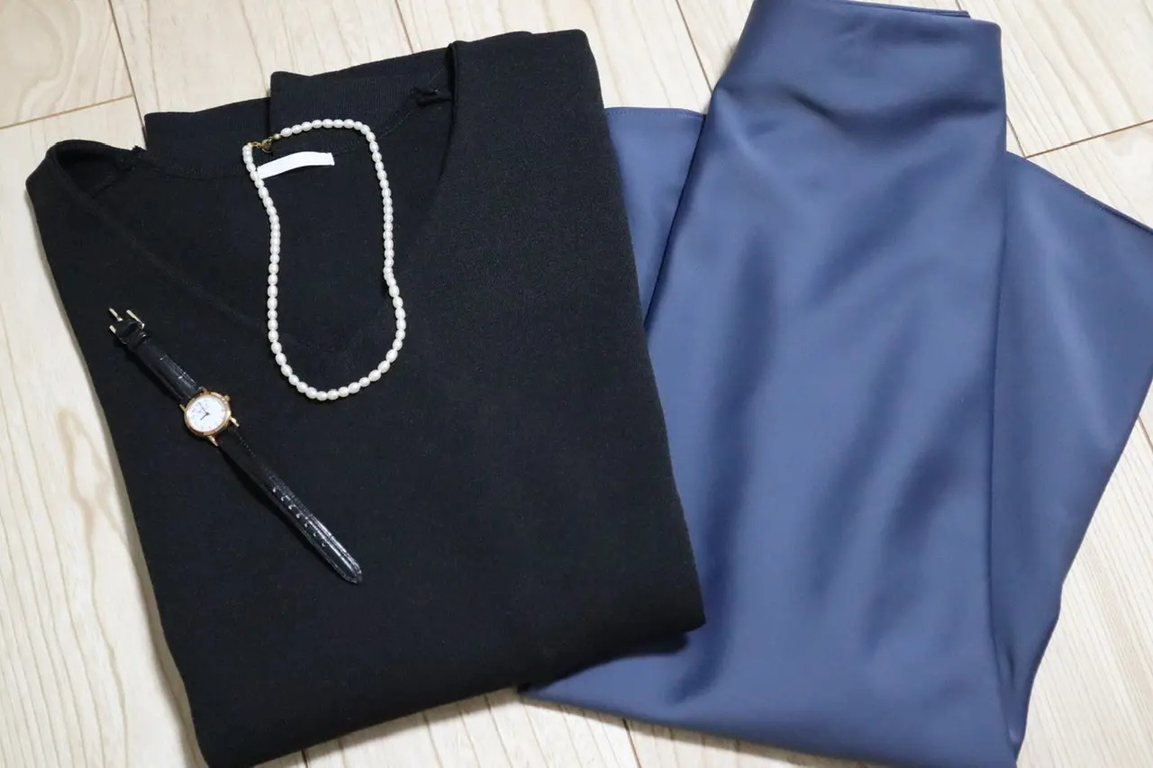 『GU』のニット、『ユニクロ』の スカート