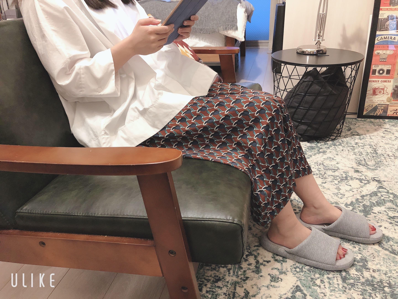 家でユニクロのルームシューズを履く女性
