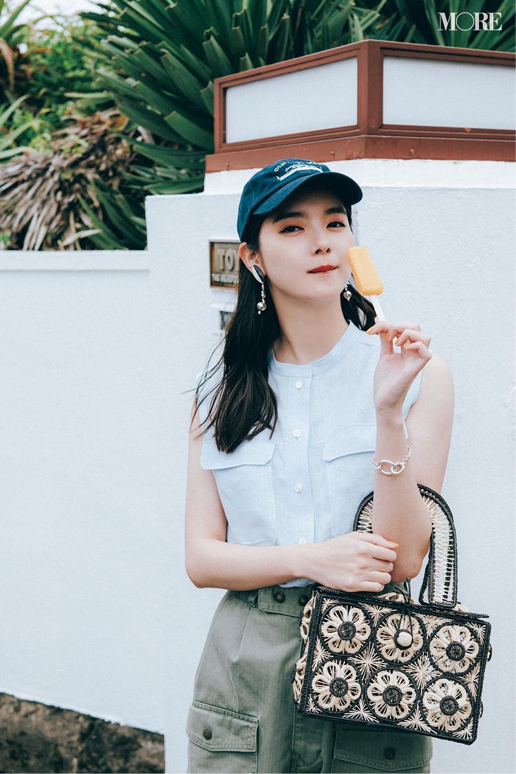 ブルーのシャツブラウス×カーゴパンツコーデでアイスを食べる新川優愛