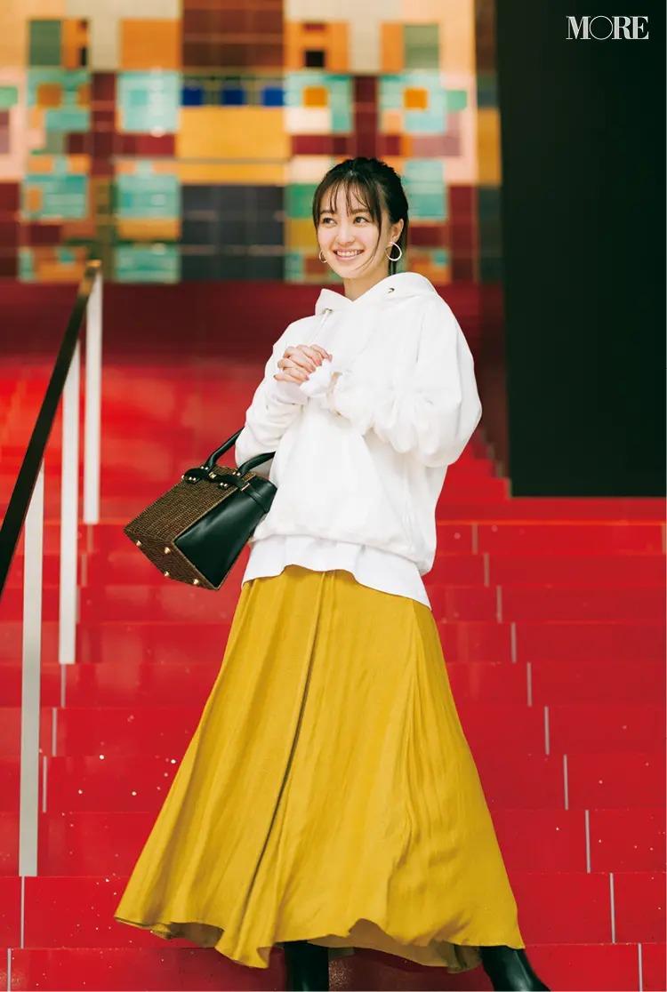 【パーカーコーデ】4. 白フーディにとろみ素材のスカートでデートらしさを盛り上げて