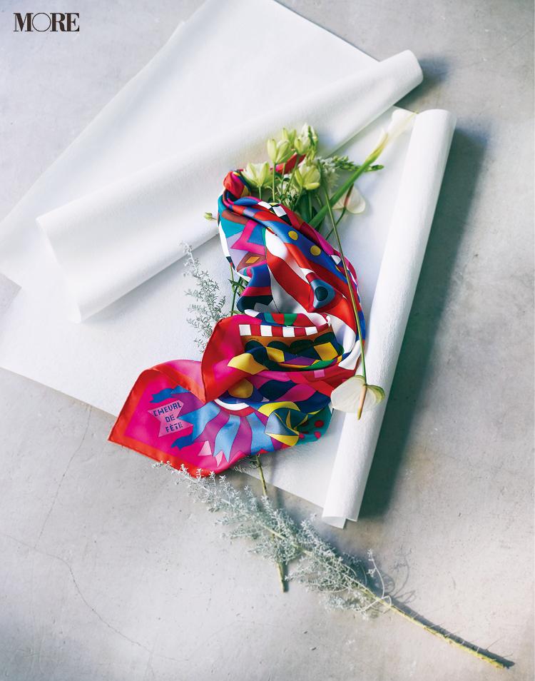 『エルメス』のスカーフ「カレ」でどんなシーンも可憐に、優雅に。_1