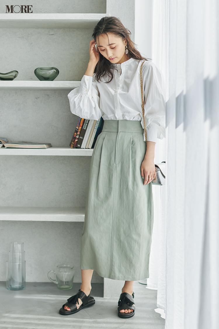 【今日のコーデ】スタンドカラーのシャツにペンシルスカートをはいた鈴木友菜