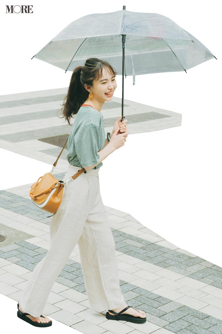 ボーダーTシャツ×白ワイドパンツで傘をさした井桁弘恵