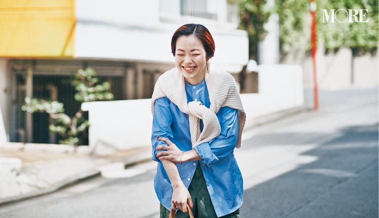 シャツにカーデを肩掛けした高野麻子さん