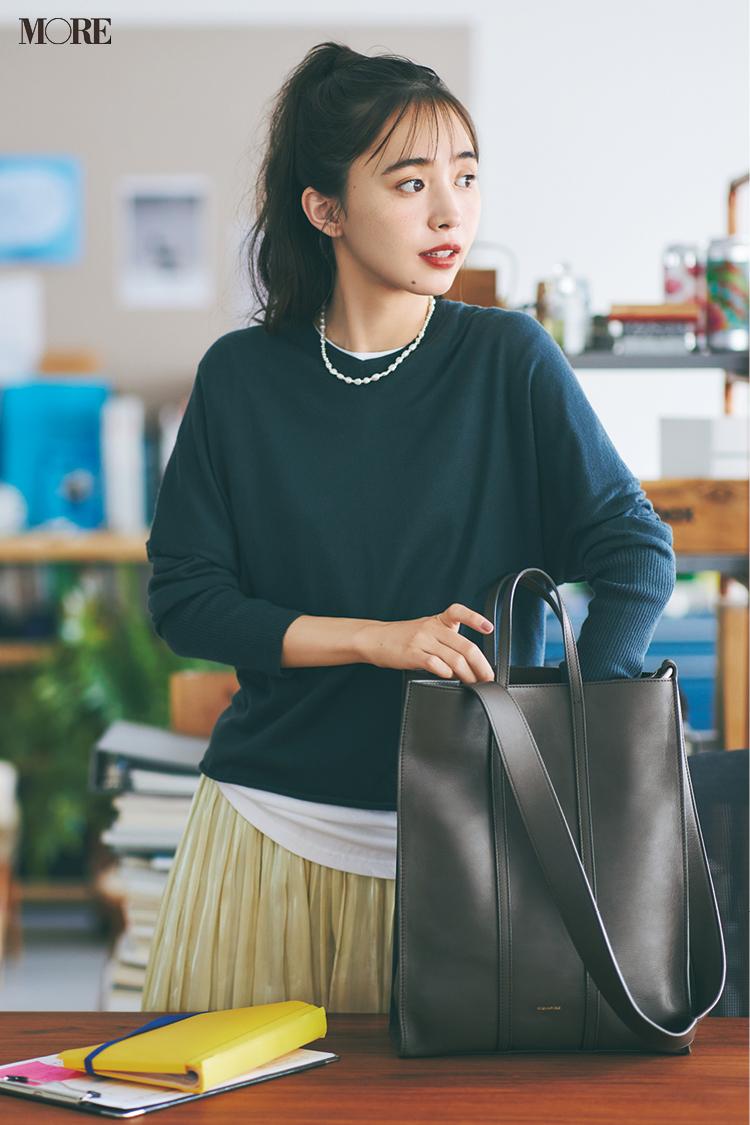 【今日のコーデ】黒ニット×プリーツスカートに縦長トートを持った井桁弘恵