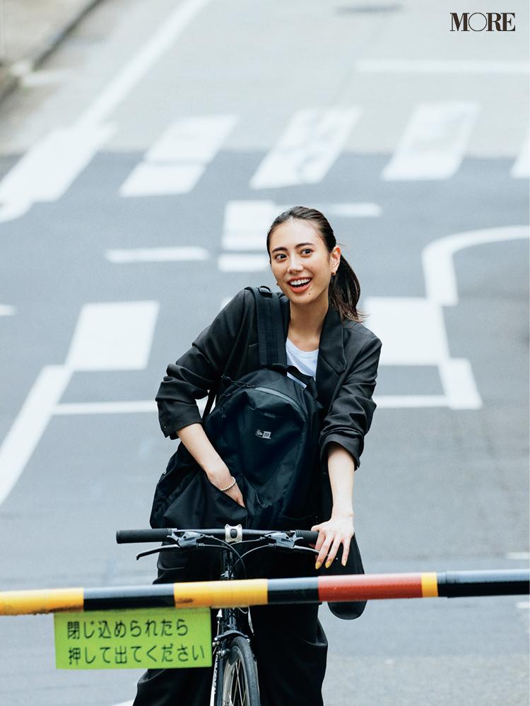 黒リュックを持って自転車に乗る土屋巴瑞季