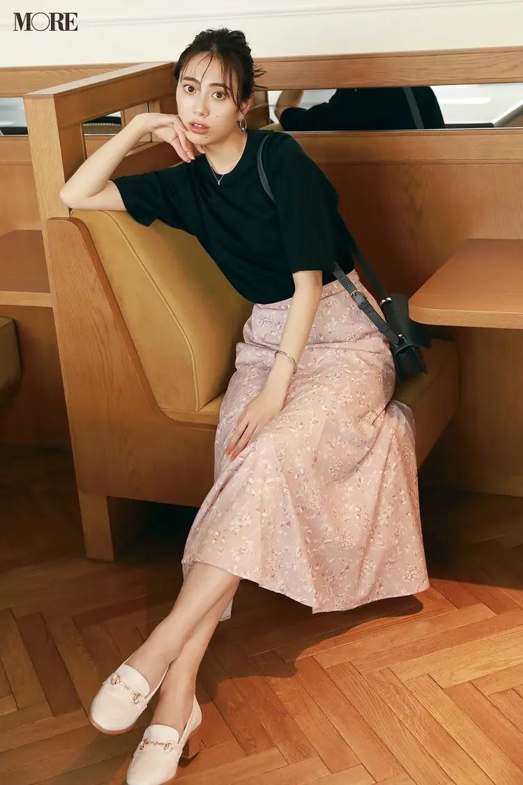 黒Tシャツ×ピンク花柄スカートコーデの土屋巴瑞季