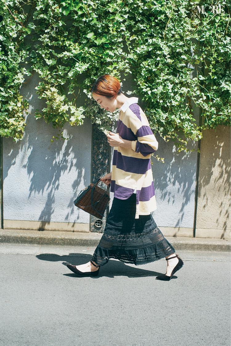 ラガーシャツ×ニットタイトスカートコーデの高野麻子さん