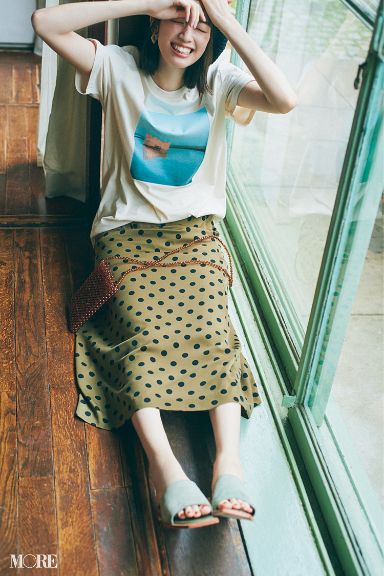Tシャツコーデにカーキ色のミュールを合わせた佐藤栞里