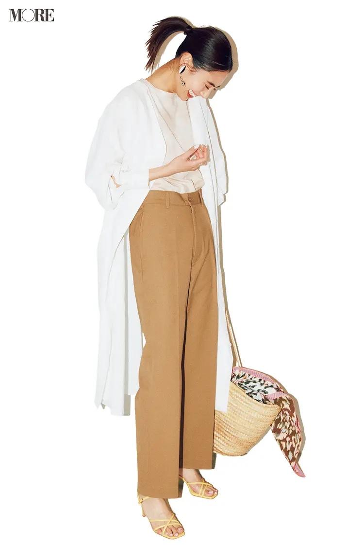 マーブル柄Tシャツ×チノパンに白シャツワンピをはおった土屋巴瑞季
