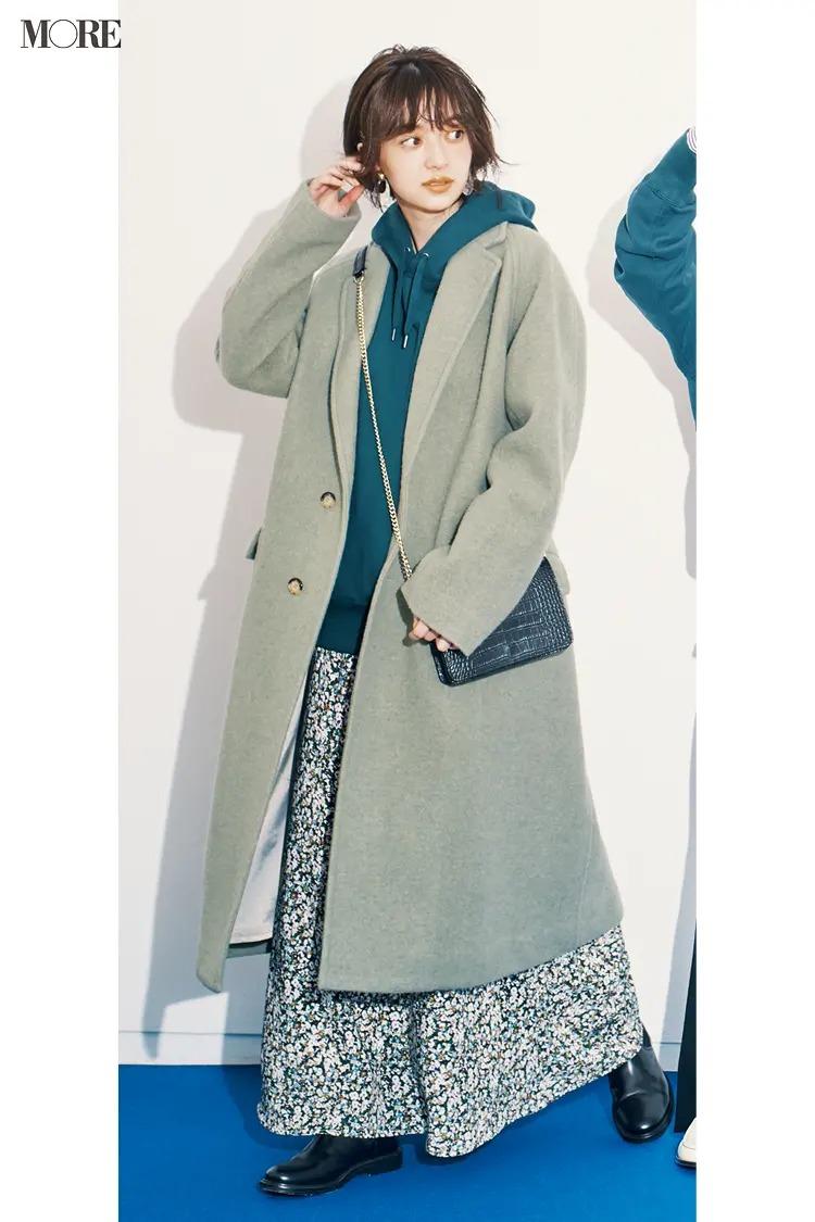 【ショートブーツコーデ】寒色系パーカー&小花柄スカートに黒のサイドゴアブーツ