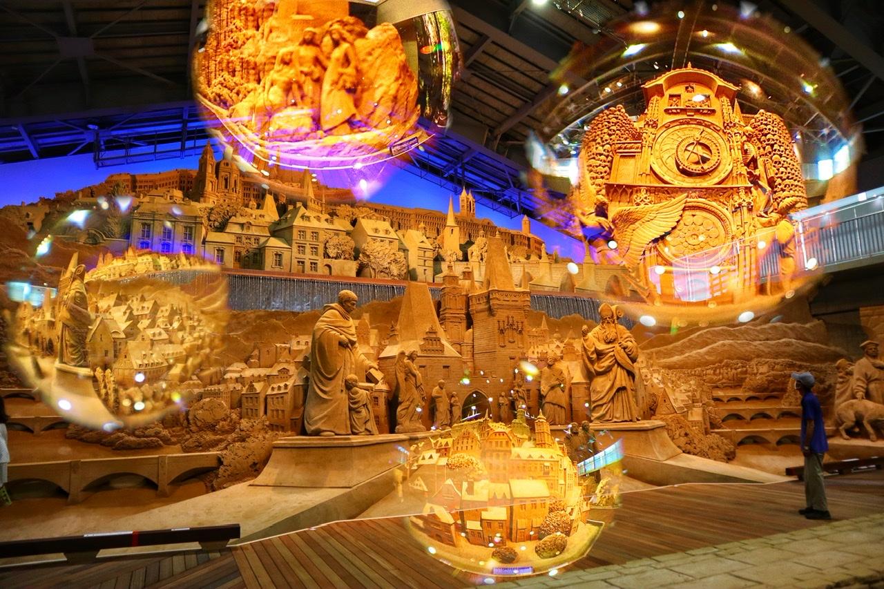 鳥取の「砂の美術館」の作品。ガラス玉にうつった作品の写真も数点合成されている
