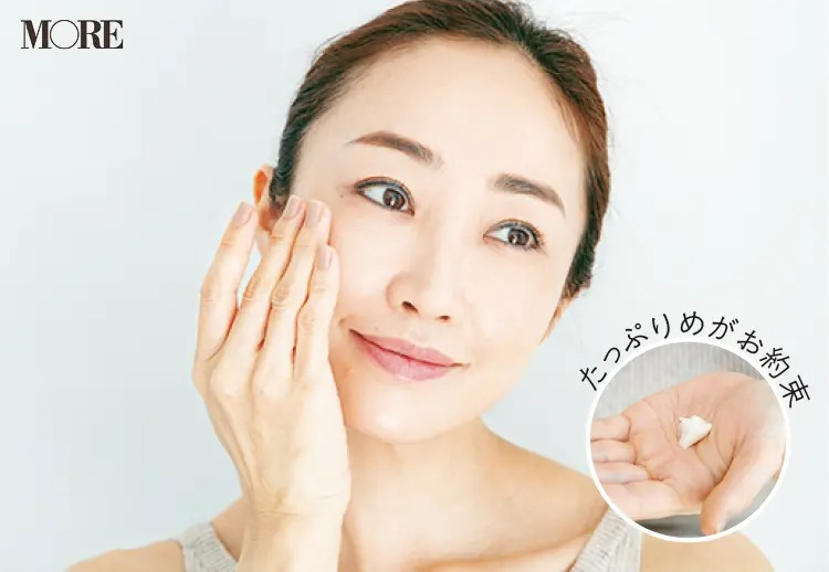 たっぷりめのクリームを手にとって顔に塗る神崎恵