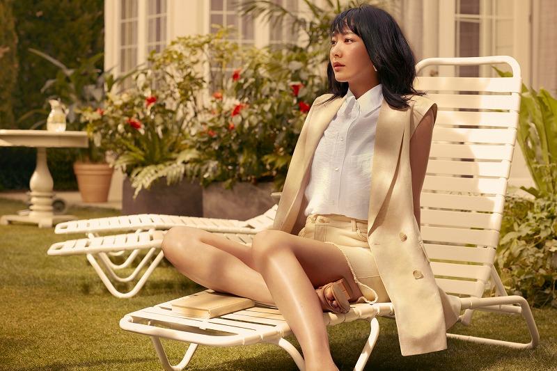 『H&M』の「LET'S CHANGE」キャンペーンコレクションのジャケットとシャツとショートパンツを着用する新垣結衣の画像