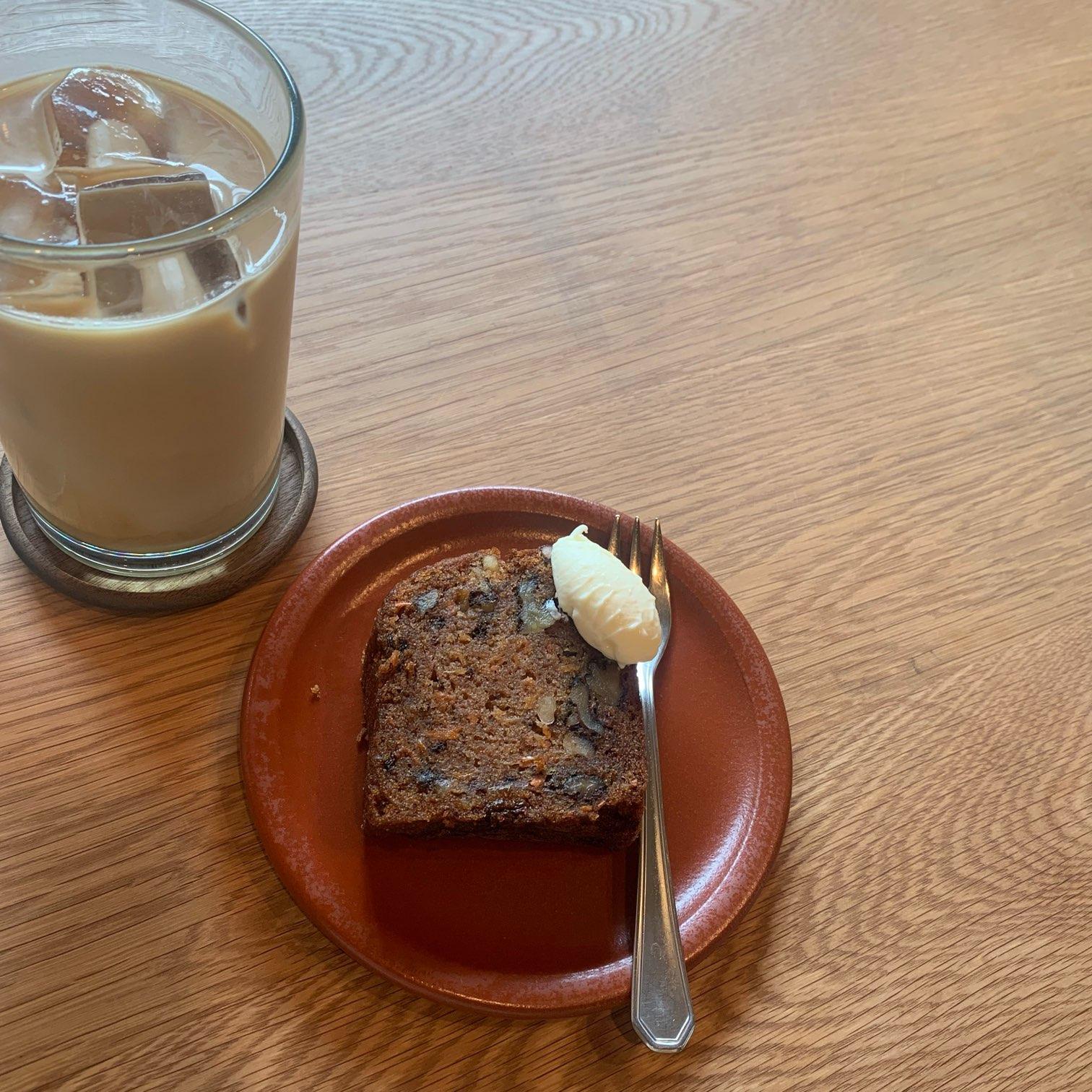 カフェのケーキとアイスラテ