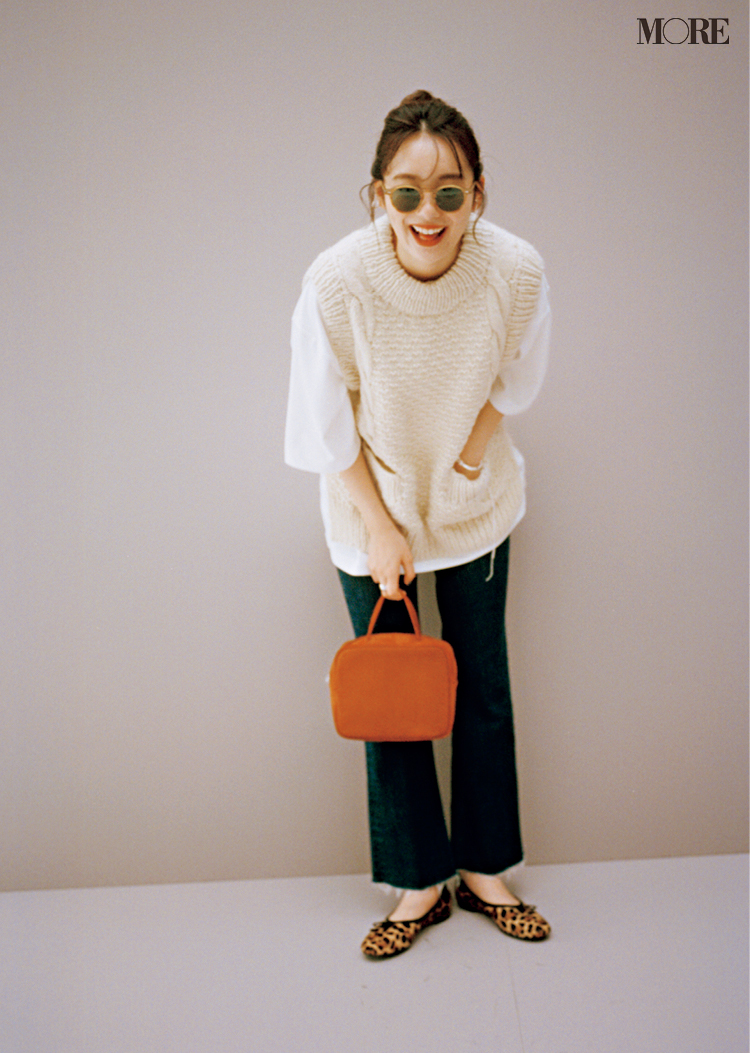 白Tシャツ×ニットベストにフレアデニムを合わせてサングラスをかけた飯豊まりえ