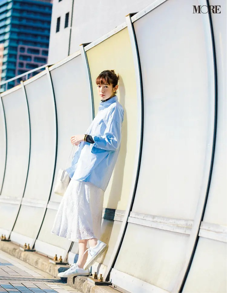 ブルーシャツ×白スカート×白レザースニーカーのきれいめコーデ