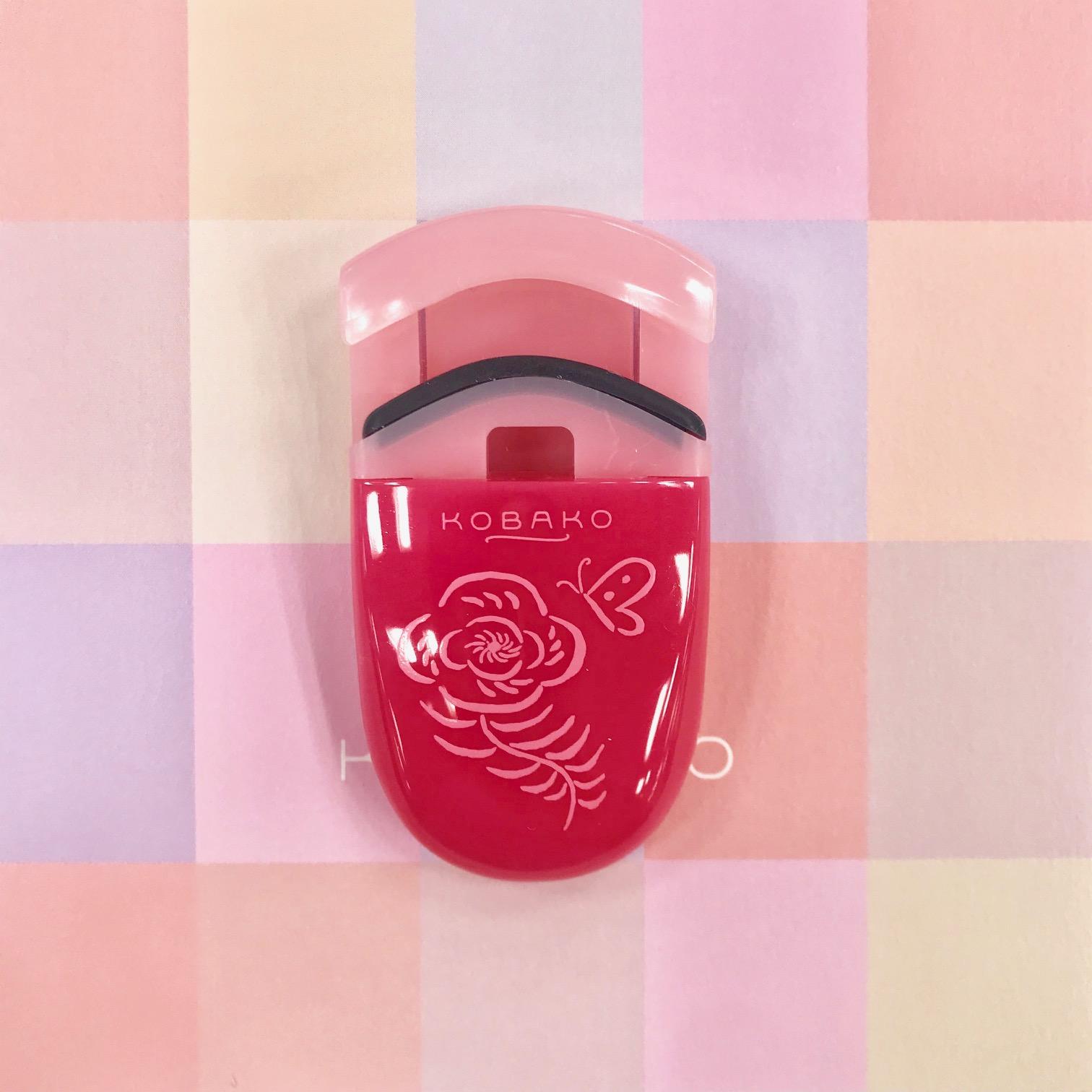 まつ毛は可愛く仕上げる? それともセクシー? 『KOBAKO』の10周年限定「アイラッシュカーラー」がピンクでアガる!_3