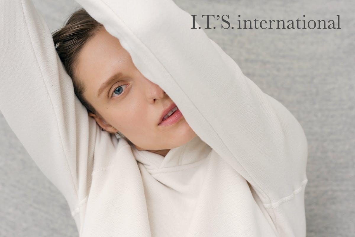 『I.T.'S.international(イッツ インターナショナル)』のブランドヴィジュアル、白い服を着た女性
