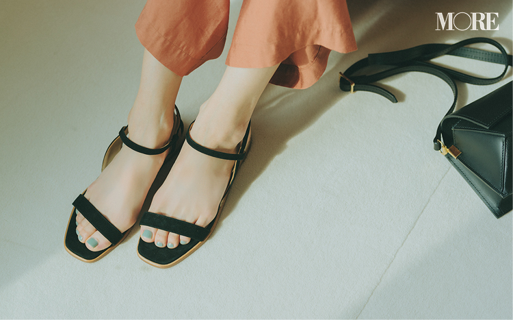 ゆるパンツの足もとに黒いサンダルを合わせるとモテる