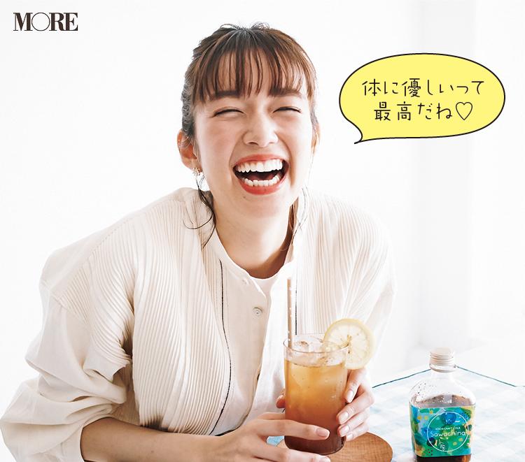 高知県のおすすめお取り寄せグルメ「sawachina」の高知クラフトコーラを佐藤栞里が飲んでいる様子