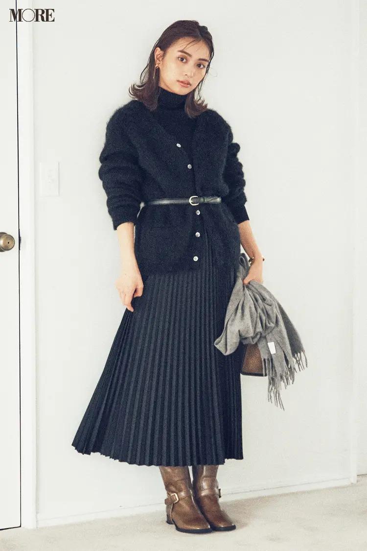 【2020冬コーデ】黒ニットカーディガン×黒プリーツスカート